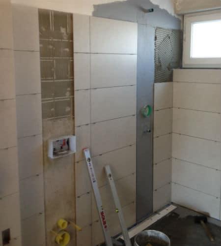 Verflieste Badezimmerwand