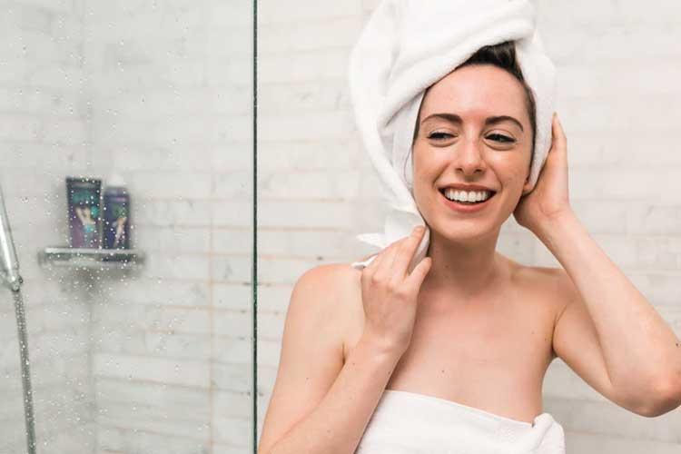 Frau nach dem Duschen