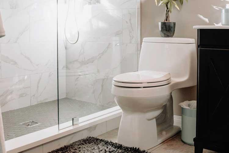 Dusche und WC in Badezimmer