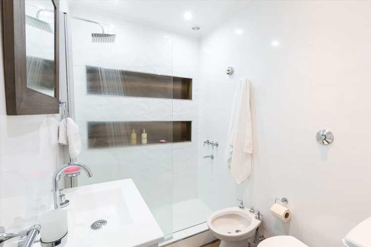 Eine fugenlose Dusche macht das private Bad zur Wohlfühloase