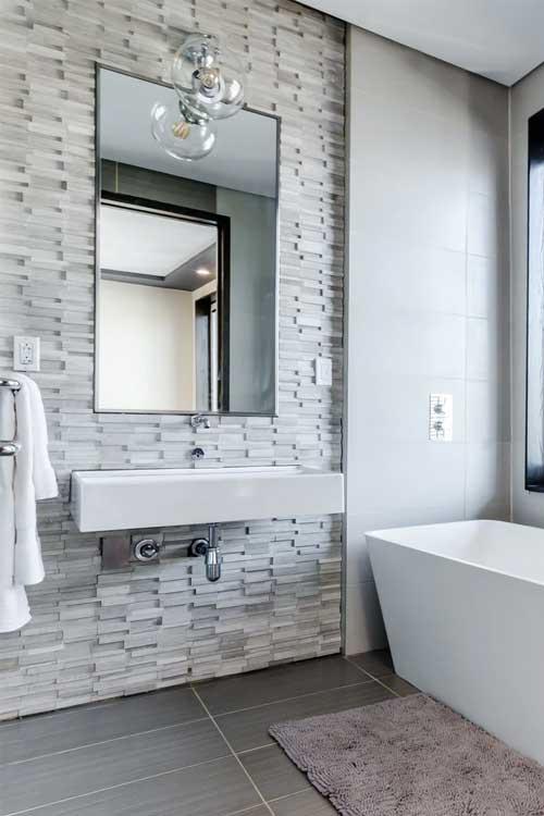 Badezimmer mit verschiedenen Fliesen