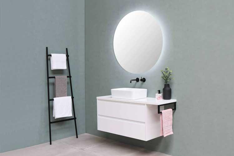 Bild zeigt Waschbecken in modernem Badezimmer ohne Fliesen