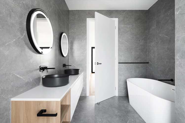 Modernes Badezimmer in Steinoptik und mit zwei Waschbecken