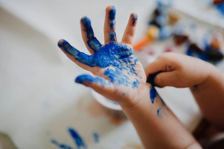 Blau bemalte Kinderhand