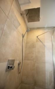 Wunderschönes Badezimmer Mit Modernen Möbel.