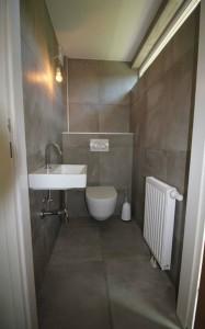 WC mit Waschbecken und Heizung