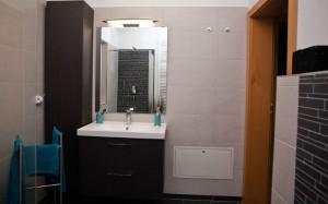 Neuer Waschtisch mit Spiegel
