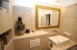 Bild zeigt Waschbecken mit Spiegel